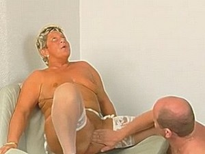 Dikke oma laat haar vagina vingeren