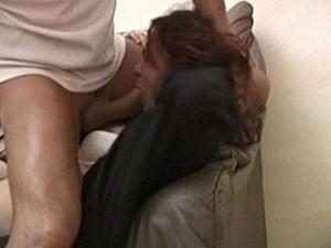 Aanrander dwingt slachtoffer zijn vieze sperma te slikken