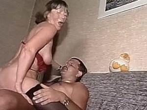Oma krijgt een dikke pik in haar natte spleet