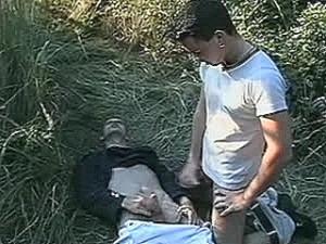 Schandknaap krijgt vlezige lul tegen zijn huig geramd