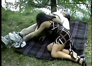 Vader dwingt dochter zijn zwans te pijpen tijdens boswandeling