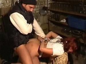 Bizarre psychopaat pompt zijn dikke pik in meisje haar kontgaatje